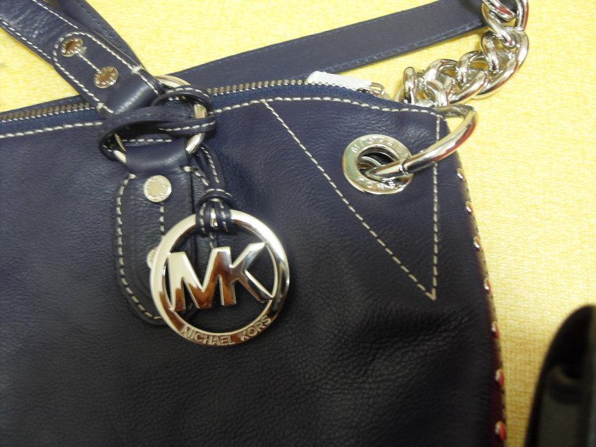 5e79997f8e7 구매대행으로 구입한 마이클 코어스 가방입니다..네이비랑 검정구매했는데 진품여부 좀 알려주세요^^ 텍에는 MADE IN CHINA  AQ-1007, 텍뒷면엔 FS 라고 써있어요